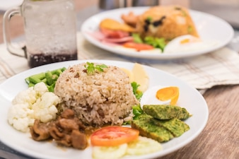 Smażony ryż z sosem krewetkowym