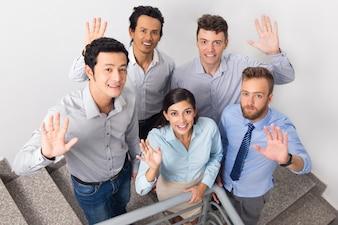 Smiling działalności ludzi macha na Urząd Stairway