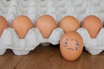 Smutek działania jajka rysunek na muszli.
