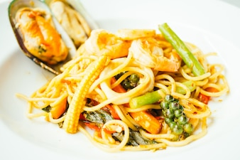 Spaghetti i makaron pikantne owoce morza
