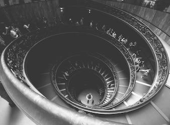 Spiralne schody z ludźmi