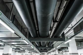 Srebrny system rurociągów w fabryce ropy naftowej