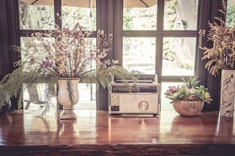 Stare radio i suszony kwiat w wazonie na stół drewna