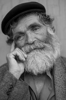 Stary człowiek myśli