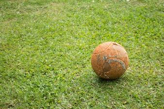 Stary Piłka w boisko do piłki nożnej.