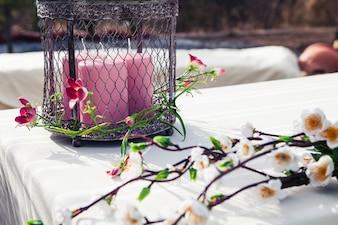 Stół z kwiatów i świec