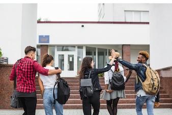 Studenci chodzący na uniwersytet