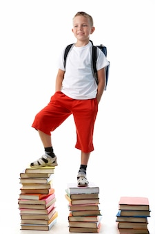 Student na stosie książek
