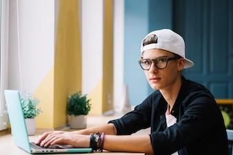 Student stwarzających z komputera przenośnego w klasie