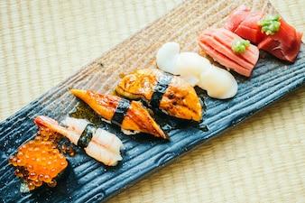Surowe i świeże rolki sushi nigiri