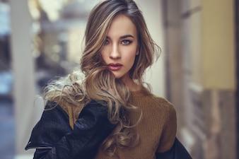Sweter dorosłych dość nowoczesnej kobiety