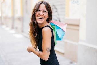 Szczęśliwa kobieta z papierowymi torebkami