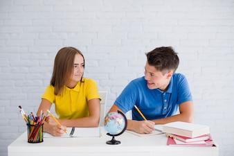 Szczęśliwi nastolatki robią notatki