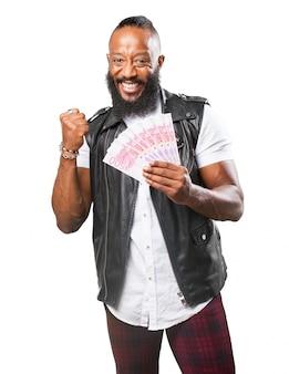 Szczęśliwy człowiek z pieniędzmi w ręku