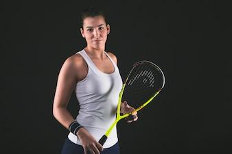 Szczęśliwy graczem profesjonalnym stwarzających z jej rakietę do squasha