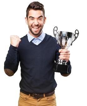 Szczęśliwy chłopiec świętuje osiągnięcie