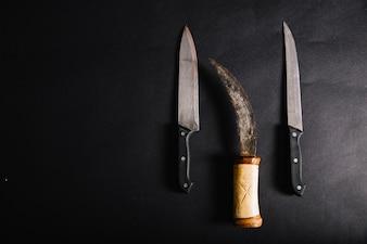 Sztylet i noże na czarno
