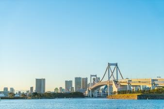 Tokyo skyline z Rainbow Bridge w Tokio