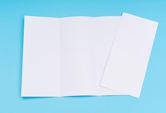 Trifold bia? Y szablon papieru na niebieskim tle.