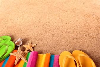 Tropikalna plaża z klapkami