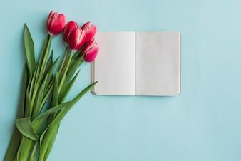 Tulipany i puste notebook na dzień matki