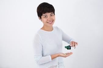 Uśmiechnięta Kobieta Azji Odlewania Pigułki Z Butelki