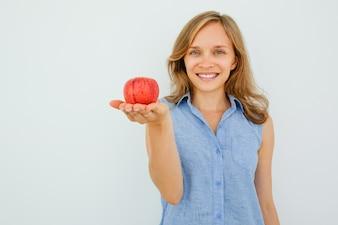 Uśmiechnięta Młoda Piękna Kobieta Gospodarstwa Czerwone Jabłko