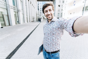 Uśmiechnięta studenta biorąc Selfie