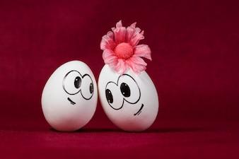 Uśmiechnięty jaja na bordowym tle