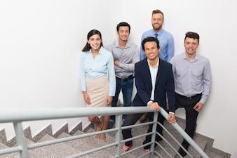 Uśmiechnięty Spotkania ludzi biznesu na Urząd Stairway