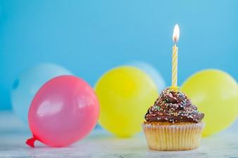 Uroczysty cupcake i kolorowe balony