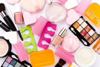 Uroda Uzdrowisko Kobieca Koncepcja. Różne Make Up Kosmetyki Kosmetyczne Essentials Kosmetyki na Flat Lay Białe Tło. Widok z góry. Powyżej.