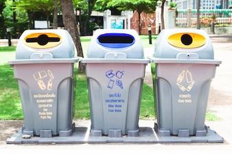Usuwanie pojemników na odpady z recyklingu śmieci