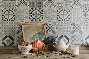 Vintage dekoracji z ramką, orzechy i dzbanek do herbaty