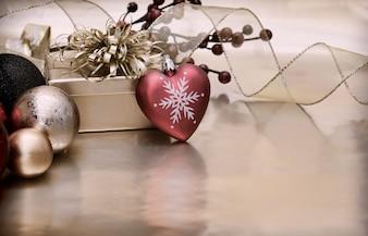 Vintage style Christmas tła z sercem w kształcie bombki