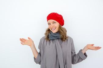 Wesoła młoda kobieta francuska wyrażająca niepewność