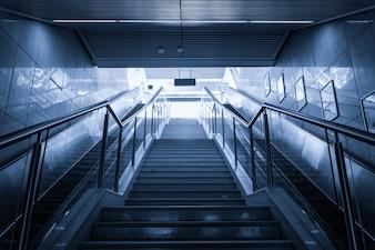 Widok z dołu nowoczesnych klatek schodowych