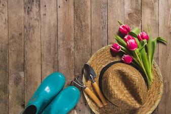 Widok z góry elementów ogrodowych i tulipanów