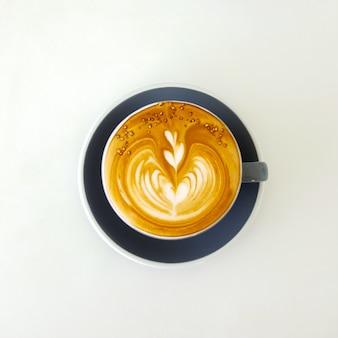 Widok z góry gorąca kawa latte w białej kubek. Samodzielnie na białym tle.