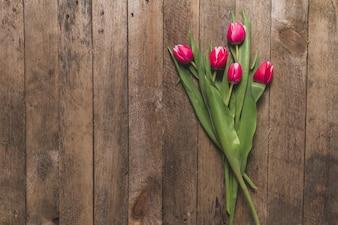 Widok z góry na drewnianym stole z cute tulipanów