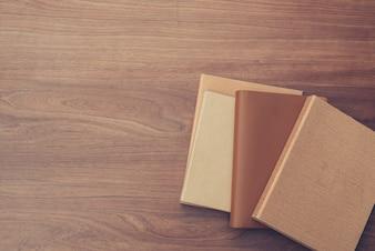 Widok z góry na książkę na starej drewnianej desce. Ilustracje stylu efektów specjalnych.