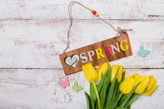Widok z góry tabeli z tulipanów i tabliczką wiosnę