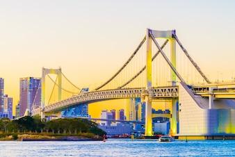 Wieża japonia most w centrum miasta nowoczesny