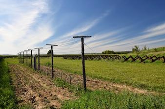 Wieża strażnicza i linia obrony, stara granica żelaznej kurtyny - ogrodzenie kolczaste. Miejsce pamięci wojskowej - Satov Czechy.