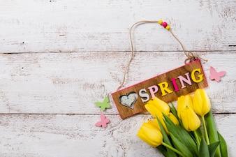 Wiosną tła z żółtymi tulipanami