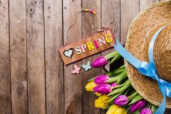 Wiosną tła z cute kwiatów i kapelusz