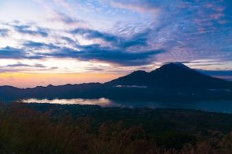 Wschód słońca nad jeziorem Batur