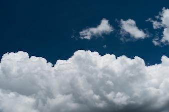 Wspaniałe chmury cumulus błękitne niebo