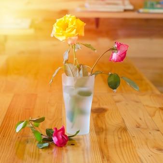 Wyschły wzrosła w szklanej wazonie na drewnianym stole