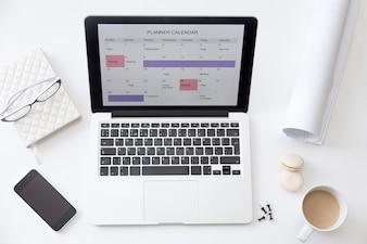 Wysoki kąt widzenia obraz biurko, planista kalendarza na laptopa